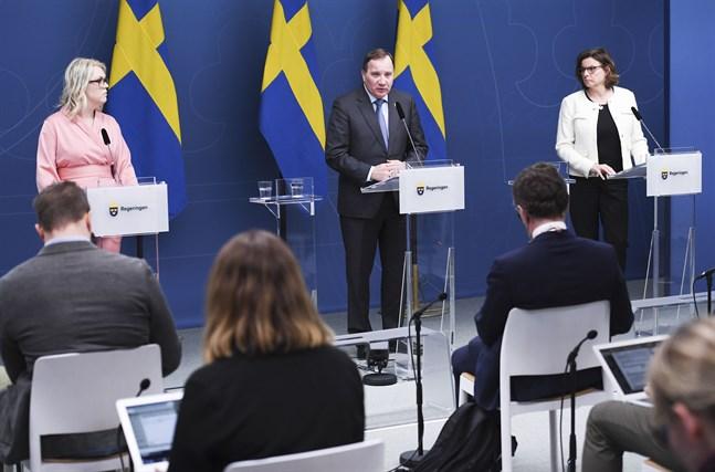 Socialminister Lena Hallengren (S), statsminister Stefan Löfven (S) och vice statsminister Isabella Lövin (MP) vid en tidigare pressträff om coronaviruset. Arkivbild.