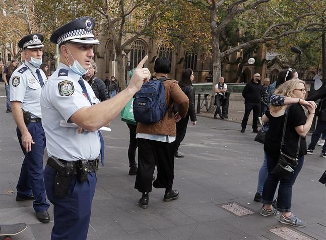 Australiska poliser räknar demonstranter vid ett möte i Sydney, som ligger i delstaten New South Wales. Arkivbild.