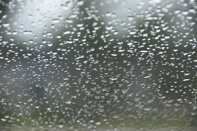 Kraftiga regn är att vänta i landets södra, sydöstra och mellersta delar, i Kajanaland och i Norra Österbotten under tisdagskvällen och natten.