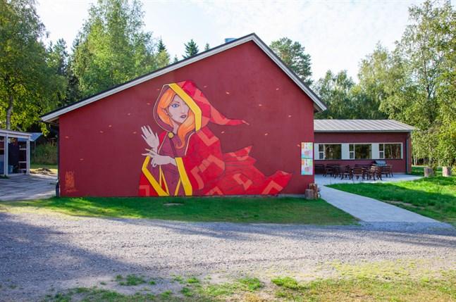 Det är den spanska konstnären Aleix Gordo Hostau som målat muralen i Monäs. Den är 6x9 meter stor och blev gjord ifjol under Humlefestivalen.