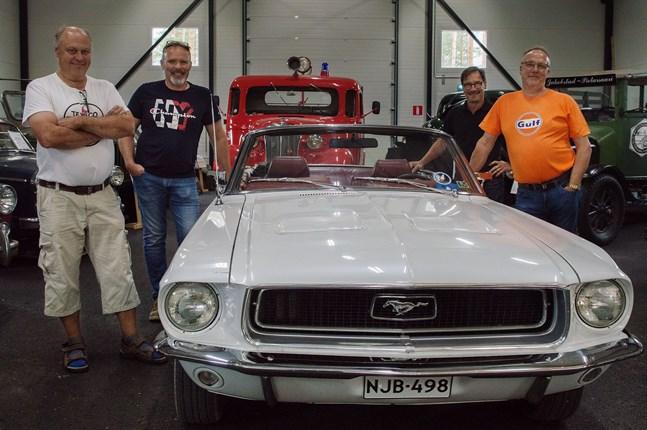 Bothniarundans arrangörer poserar vid en Ford Mustang årsmodell 1968. Från vänster: Tage Ahlqvist, Stefan Jåfs, Peter Nyman och Rolf Dahlin.