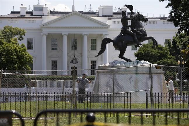 Statyn som föreställer den tidigare presidenten Andrew Jackson, utanför Vita huset i huvudstaden Washington. Arkivbild.