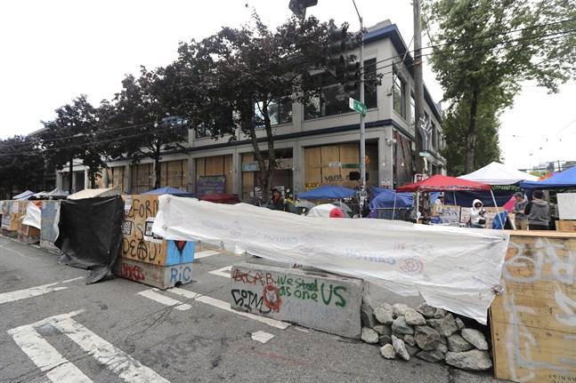 Cementbarrikader framför polisstationen i det ockuperade området i Seattle.