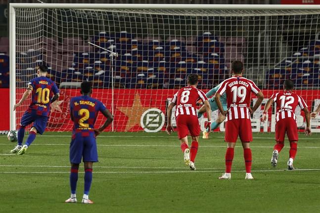 Lionel Messi, till vänster, firade sitt 700:e mål mot Atlético Madrid – men fick nöja sig med kryss.