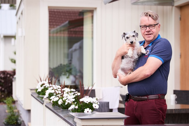Peter Östman trivs hemma i det nybyggda huset i Risöhäll, här med familjens Jack Russell-terrier Luca i famnen.