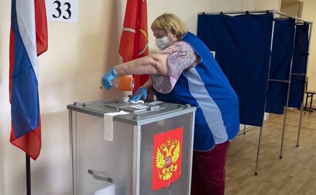 En vallokal i S:t Petersburg saneras under den första röstningsdagen 25 juni för att förhindra smittspridning.