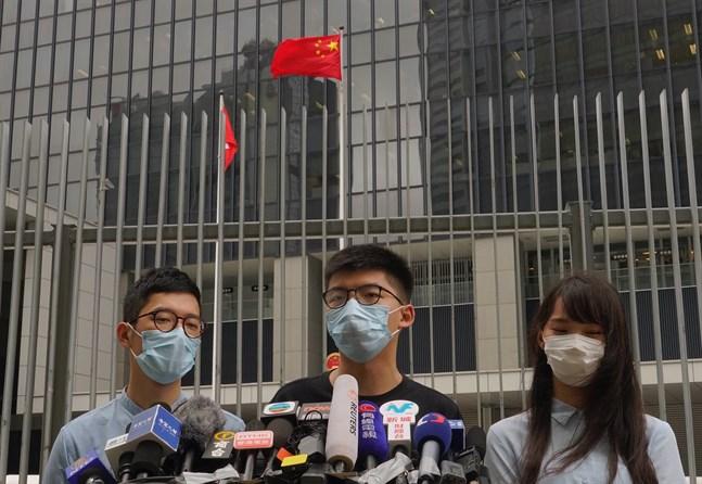 Demokratiförespråkarna Nathan Law, Joshua Wong och Agnes Chow löser upp sin rörelse Demosisto efter det att Kinas nya säkerhetslag för Hongkong godkänts. Arkivbild.