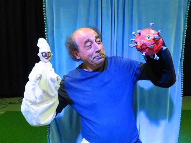 Cosimo Galiano är dockskådespelare i Lilla Åsnans föreställning. Här med figurerna Pulcinella och Corona.