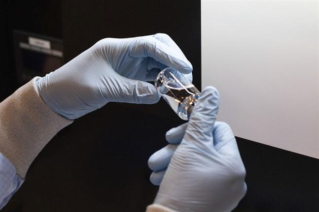 En medicinflaska innehållande läkemedlet remdesivir kontrolleras vid en anläggning för läkemedelstillverkning i USA. Arkivbild.