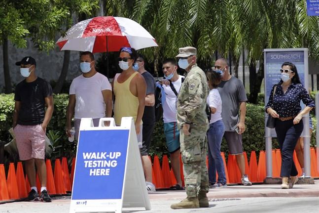 Folk väntar på att få testa sig för covid-19 i Miami i Florida.