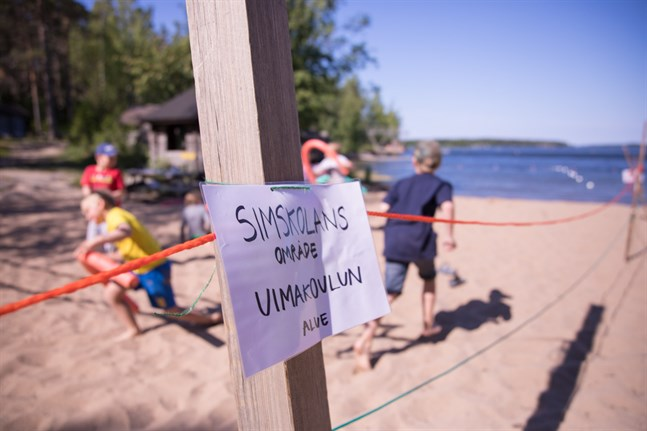 I Öja har flera barn än på många år deltagit i simskolan, som på grund av coronasituationen använt sig av ett avgränsat område på Gäddvikens simstrand.
