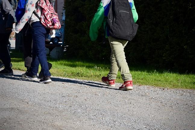 Om samhället behöver stängas ner på nytt måste man enligt Jani Erola, professor i sociologi, säkerställa att barnen får det stöd de behöver i distansundervisningen.