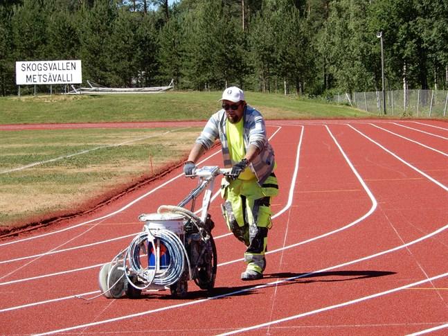 Torsti Kopra från Tavastehus är en av dem som ser till att banorna får sina linjer målade på rätt plats. Under sommarhalvåret målar han ett tjugotal idrottsplaner runt om i Finland. Kemi blir nästa anhalt för hans del.
