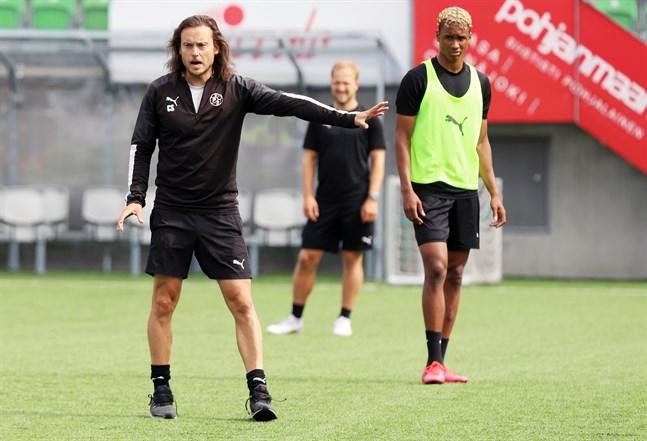 Året har varit fullt av överraskningar för Christian Sunds VPS. Nu tvingas man vänta ett par dagar på beslut om säsongen spelas klart eller inte.