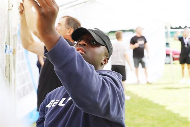 Felix Nykvist trivs med att hjälpa till med arrangemangen inför årets Wasa Football Cup. Han tror att många är glada att turneringen blir av.