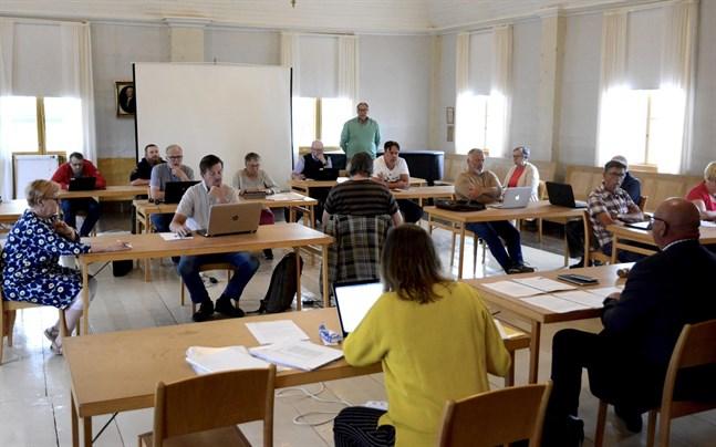 Lars Piira (Saml) var tveksam till om Kaskö stads sparmål lyckas med nuvarande fart.