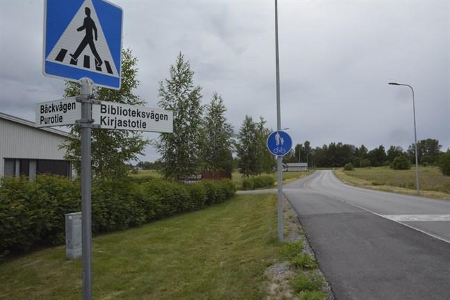 Till vänster är Bäckvägens service-enhet där Tatjana Lindelöf-Ingves var på nattskift när hon fick syn på vargen som spatserade på Biblioteksvägens trottoar. Vid slutet av vägen svängde den norrut och försvann.