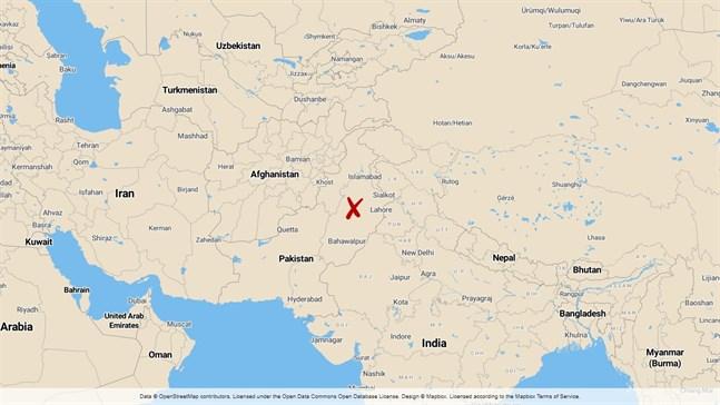 Minst 19 sikhiska pilgrimer, alla från samma släkt, dödades när det fordon de färdades i blev påkört av ett tåg i östra Pakistan.