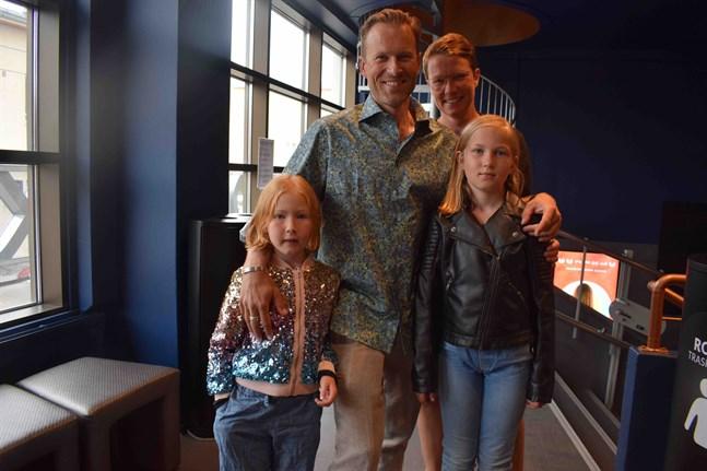 Josef och Emma Westerlund med barnen Veera och Lea gick på bio på fredagskvällen. De hade inte ens vetat att Bio Rex hållit stängt.