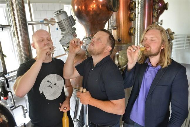 Viktor Falander, Michael Björklund och Carl Lönndahl provsmakar Åland Distillerys nya dryckesvaror.