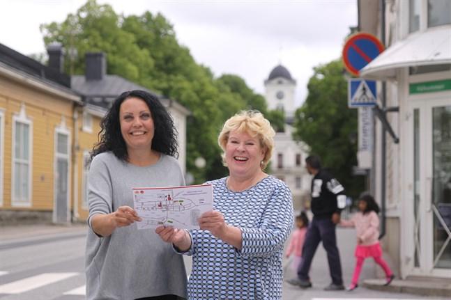 Turistinformatörerna Anita Ahlström och Helena Kari är glada över att de inhemska turisterna har hittat till Kristinestad.