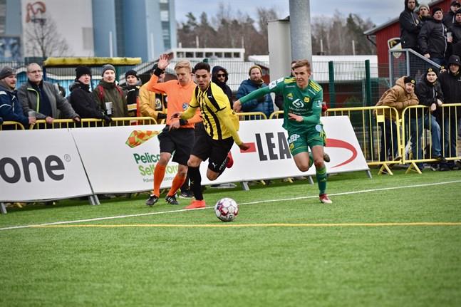 FC Honkas Luis Silva och Ilves Tatu Miettinen i en närkamp i en cupmatch 2019.