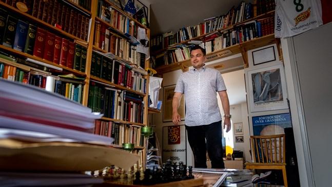 Hemma i sitt arbetsrum har Joakim Strand oerhört mycket böcker. Främst facklitteratur och rapporter. Där finns även pokaler och minnen från personer han mött under resor som politiker.