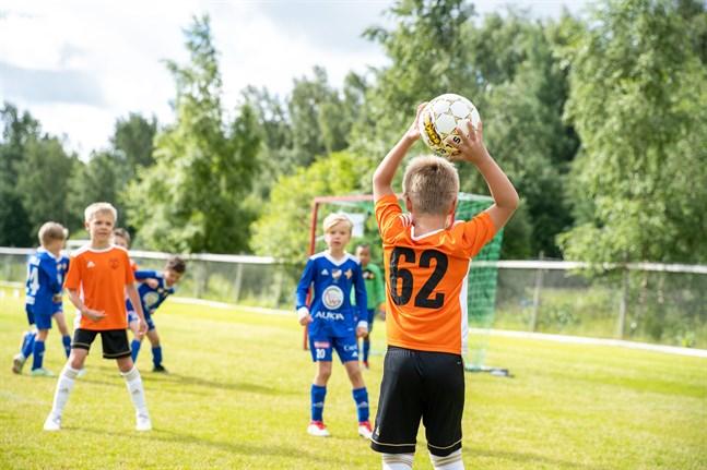 Det svala vädret till trots var det full fart på Allaktivitetsplan då Wasa Football Cup drog i gång. VIFK Blue mötte SJK oranssi i en av turneringens första matcher. Bilden är talande för slutresultatet – 6–2 till VIFK.