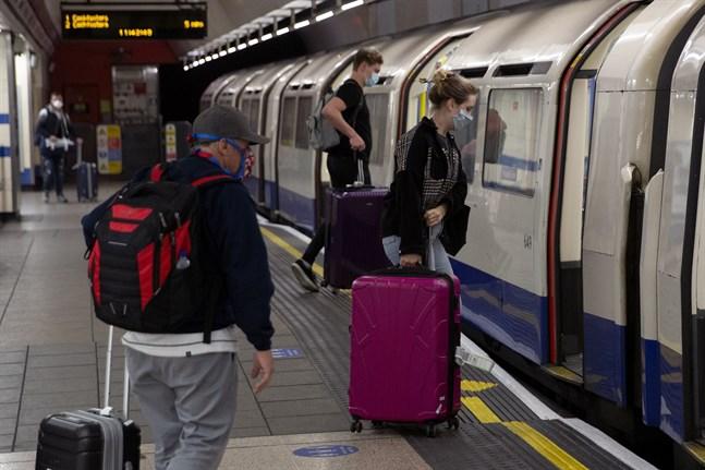 Resenärer i tunnelbanan vid storflygplatsen Heathrow.