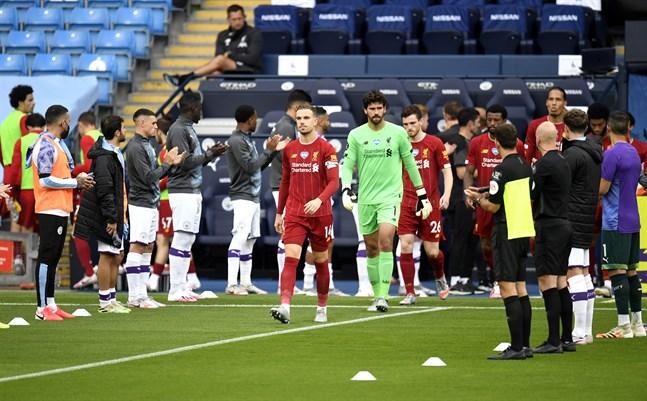 """Liverpool gjorde entré i en traditionsenlig """"guard of honor"""" från Manchester City."""