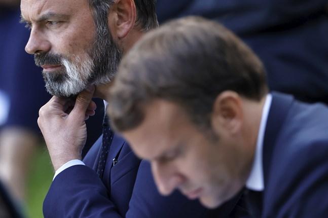 Frankrikes president Emmanuel Macron får ombilda sin regering då premiärminister Édouard Philippe (i bakgrunden) avgår. Arkivfoto.