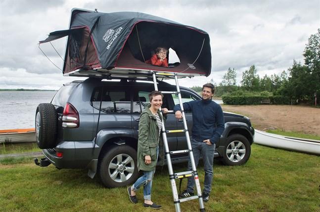 Taktältet som Minna Östman och Dieter Berghmans har på sin bil rymmer upp till fyra personer. Femårige Liam trivs ypperligt.