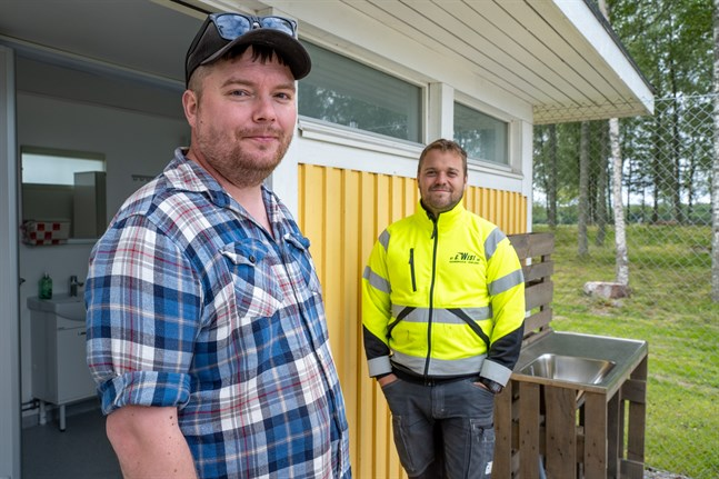 Daniel Forsman och Marcus Granqvist är tacksamma för de cirka 80 talkoarbetarna som har hjälpt till med att färdigställa parkeringen.