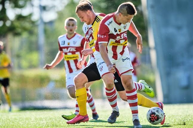 Teemu Mäki i GBK har spelat största delen av sin fotbollskarriär i KPV. Här är han i en duell med Riku Jääskä i matchen mot FC Kiisto som GBK förlorade med 1–0.