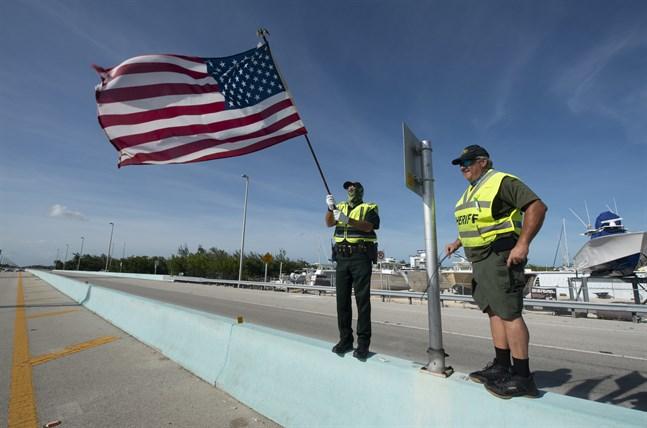 Två poliser med den amerikanska flaggan vid Key Largo i Florida. Arkivbild.