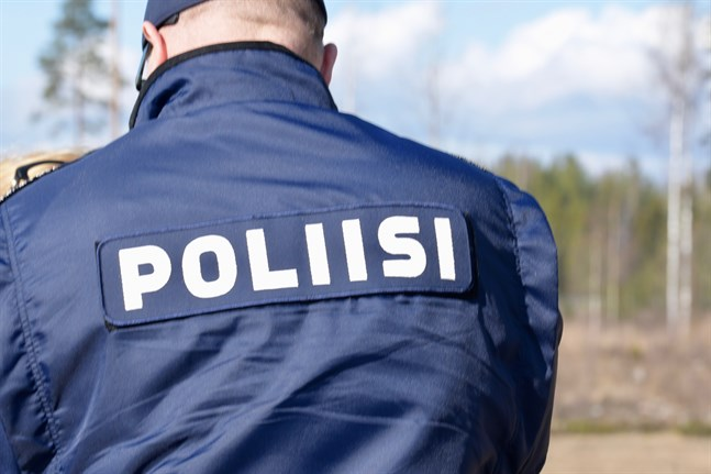 Polisen övervakar området tills försvarsmaktens röjare kommit för att bekräfta om handgranaten är äkta.