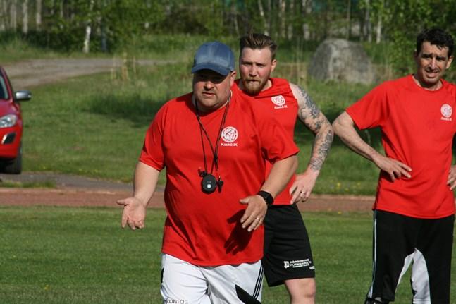 Johan Bärnlund och hans Kaskö IK fick inte hål på KPV Akatemia på lördagen. I bakgrunden även Valeri Oleinik, 51 år, som än en gång ingick i startelvan i Kaskölaget.