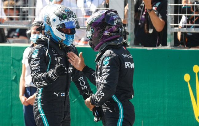 Valtteri Bottas gratuleras av Lewis Hamilton efter att ha säkrat årets första pole position.