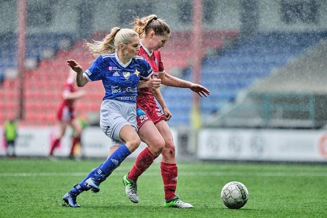 Förra året spelade både Vasa IFK och FC Sport-j i division 1. Just nu är Vasa IFK ett av mittenlagen i ettan medan FC Sport toppar division 2. Bilden är från ett derby förra året där FC Sports Sara Hedman är i farten mot IFK:s Emelie Sax.
