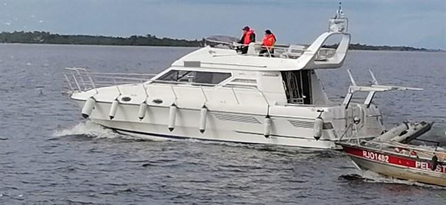 Denna båt tog in vatten. Bilden är tagen när båten körs i land.