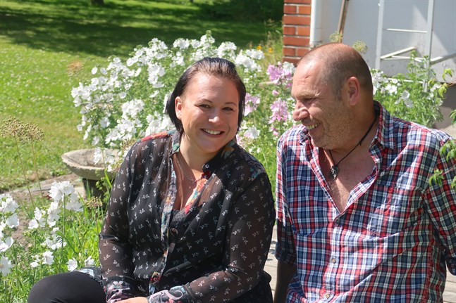 Carola och Janne Olsson bor i Solf men saknar Jannes familj och släkt som bor i Sundsvall i Sverige.