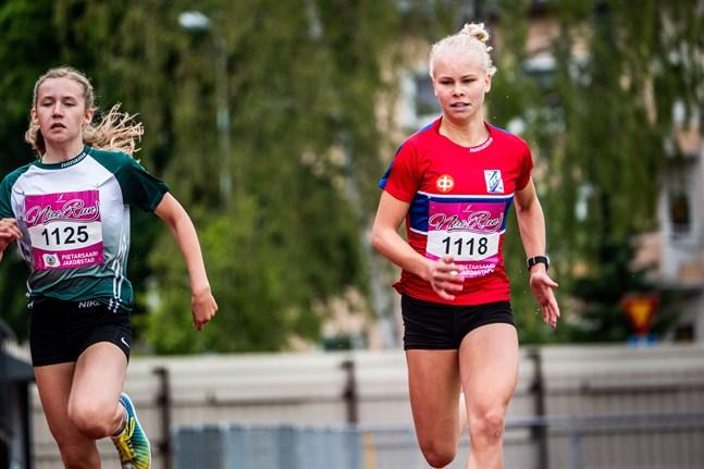 Drotts Nea Hassila (till vänster) och värdarnas egen Vilma Björkskog tävlade båda i Larsmo i torsdags.