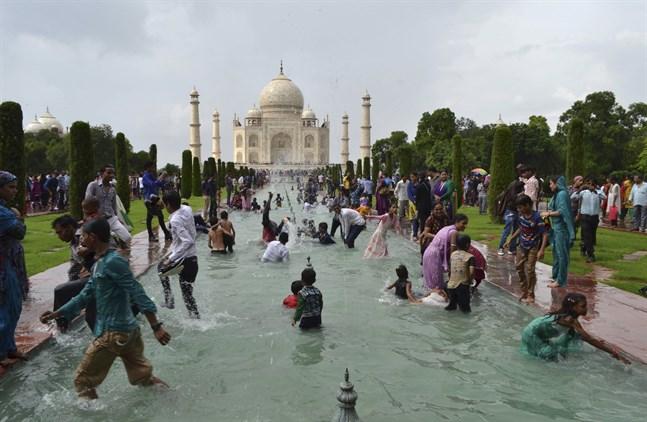 För den som kan ta sig till Taj Mahal ska ett besök nu kunna ske i mer lugn och ro. I vanliga fall kan trängseln vara stor, som på denna arkivbild.