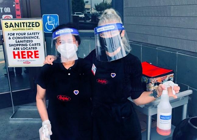 Isabella Sundström till höger håller om sin kollega på matbutiken Ralphs på Sunset Strip i Los Angeles.