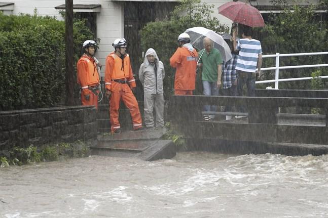 Räddningsarbetare i Kagoshima på ön Kyushu i sydvästra Japan.