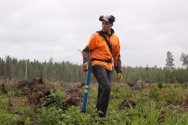 Robin Äppel, 25 år, trivs bra med sitt jobb som egenföretagande skogsarbetare trots att det kan vara ett rätt så ensamt jobb.