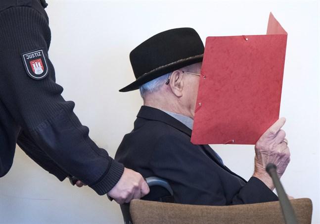 Den åtalade 93-åringen har suttit i rullstol i rättssalen i Hamburg. Arkivbild.