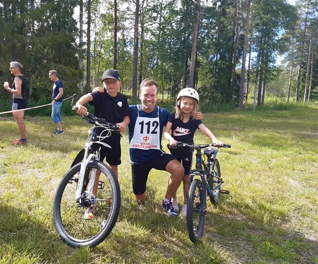 Familjen Träskelin är glad i duathlon. Herrsegraren och pappa Joakim Träskelin tillsammans med barnen Elis och Signe.