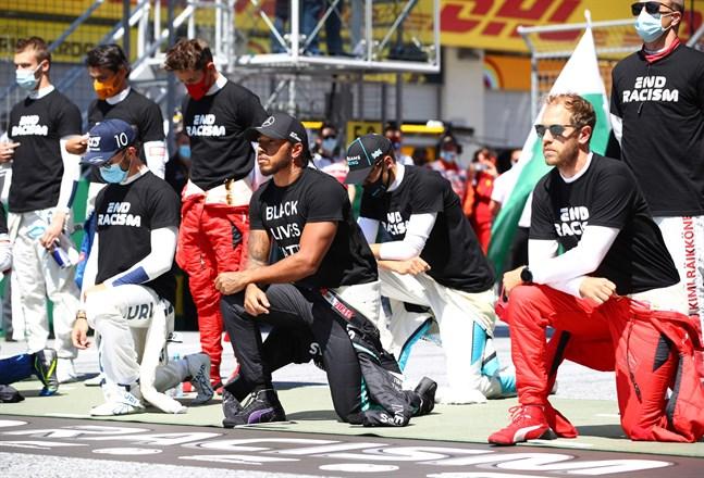 Lewis Hamilton knäböjde inför F1-premiären.