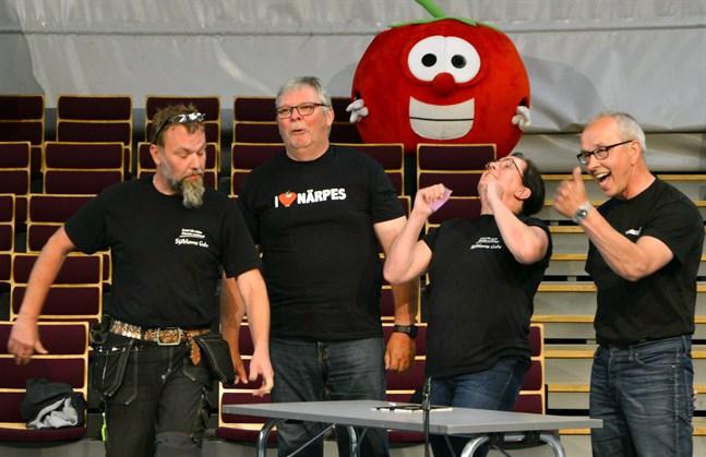 Yes! Här firar Närpes företagare när de svarat rätt i frågesporten. Från höger: Mikael Sjöblom, Rune Bertell, Anna Sjöblom och Rafael Nummela.
